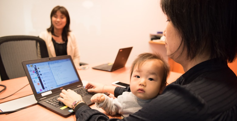 子供はキョトンとした表情。赤ちゃんの参加で場は和むが、少し和むことで時間消費。