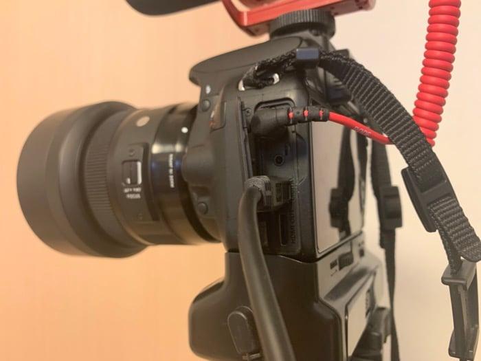 USBケーブルをカメラに接続する