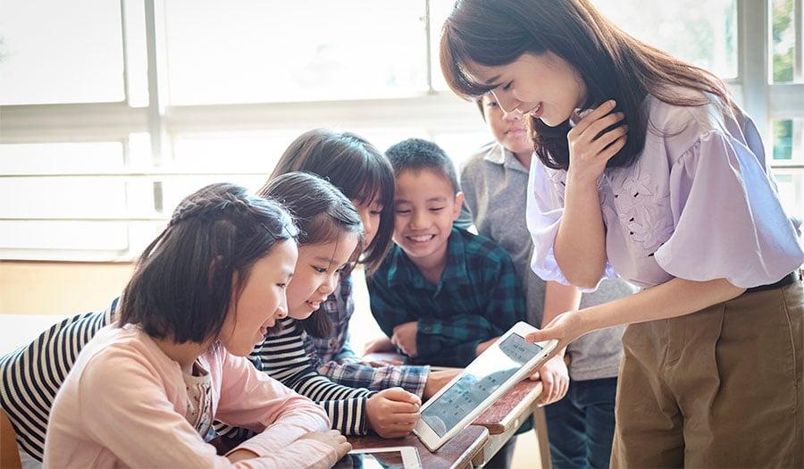 遠隔授業とは、場所を問わず授業を行える新しい教育方法