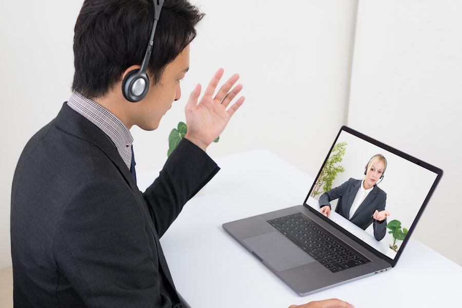 インターネット会議とは、インターネット回線を使って映像と音声を送り合い、離れた場所からコミュニケーションを取る会議のこと