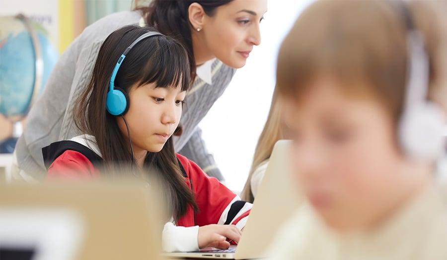 オンライン授業とは、インターネットを通して行う時間や場所に縛られない教育手段