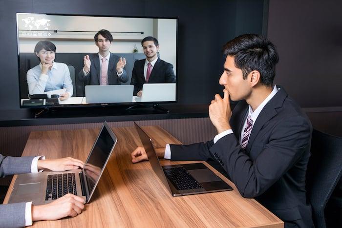 テレビ会議とは、専用機材を用いて遠隔でコミュニケーションを取る方法