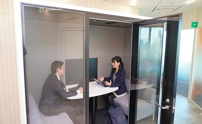 """「私のオフィス、会議室が足りなすぎ…?」 サブスクで設置できる""""電話ボックス型会議室""""は会社の救世主になるか"""