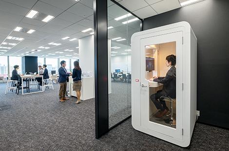 """イノベーションを推進する開かれたオフィス空間に 営業コールやWeb会議ができる""""個室""""を設置"""