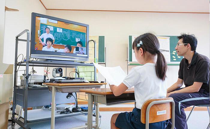 「テレビの向こうに同級生がおる!」――児童はわずか数人、山間地域の小学校で「遠隔教育」が実現したわけ