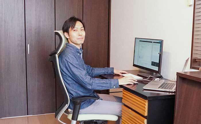【私のテレワーク環境】出社時と同じ生産性を保つために―デザイナー・岩田剛の場合