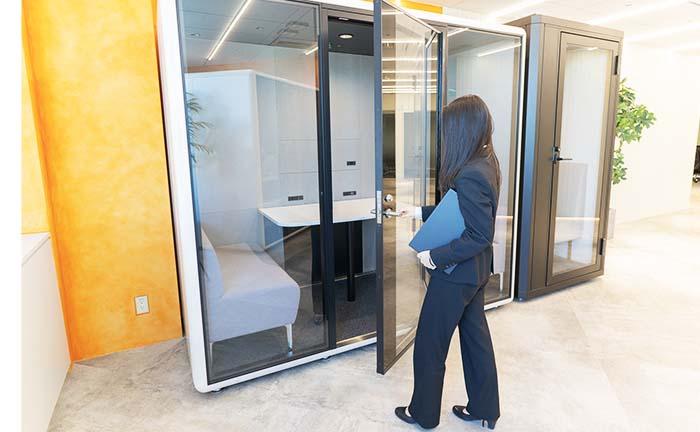 オフィスでのWeb会議や集中作業に個室ブースを。メリットや導入事例をご紹介
